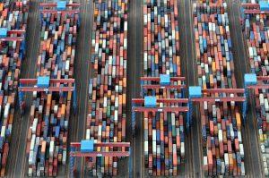 ARCHIV - Luftbild des Containerterminals Altenwerder (Archivfoto vom 23.01.2007) im Hafen der Hansestadt Hamburg. Das Statistische Bundesamt veröffentlicht am 07.02.2014 die Exportzahlen für Dezember und das Gesamtjahr 2013. Foto: Kay Nietfeld/dpa (zu dpa vom 07.02.2014) +++(c) dpa - Bildfunk+++
